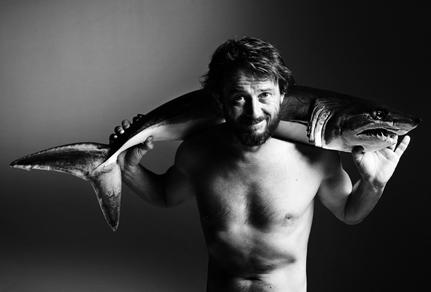 Giovanni Soldini posa con un mako per la campagna Fishlove (foto di Alan Gelati non riproducibile e di proprietà della campanga Fishlove)